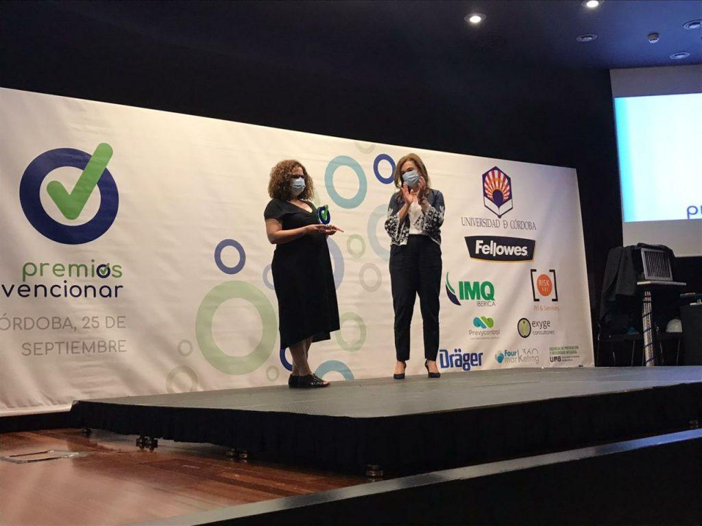 Recogida del premio, de manos de la Directora General de Trabajo y Bienestar Laboral de la Junta de Andalucía.