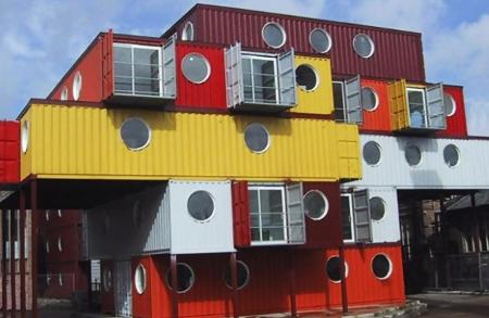 Edificio con contenedores